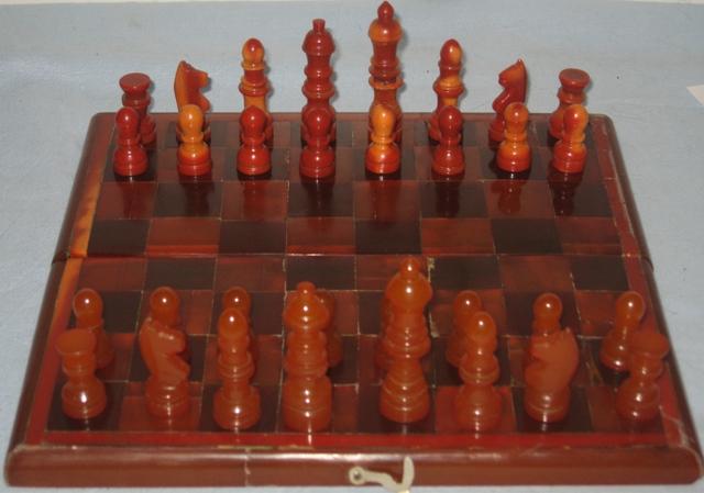 Антикварные шахматы и доска из янтаря