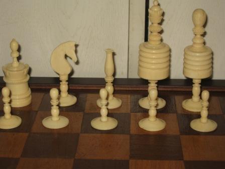 Германия. Шахматные фигуры из кости на ножке с деревянной доской. Антикварные